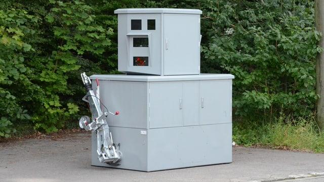 Eine mobile Radaranlage mit eingeklappten Rädern.