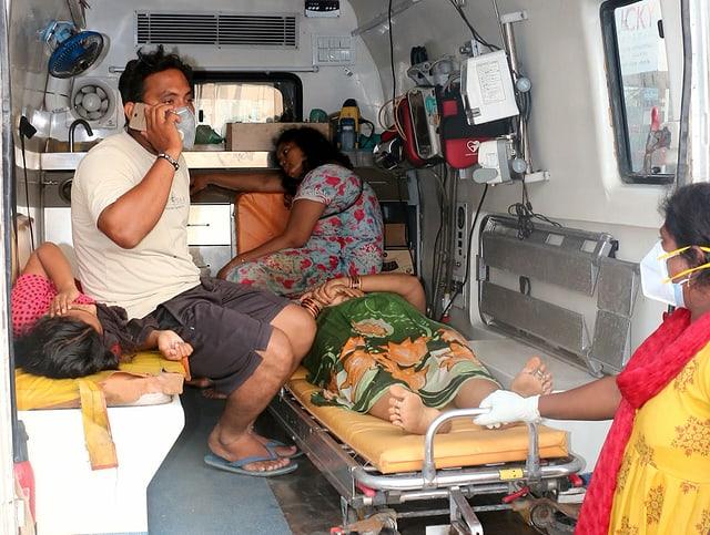 Verletzte in einer Ambulanz nach  Gasunglück in Indien