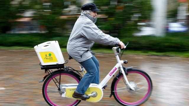 Dunna pli veglia charra cun in e-bike.