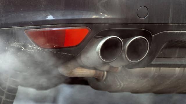 Eine Auspuffanlage eines Autos im Bild.