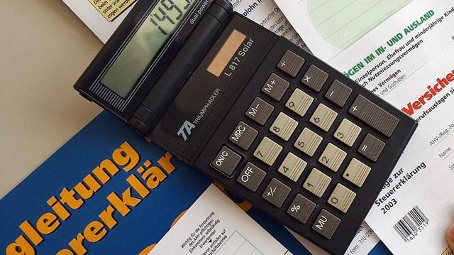 Eine Steuererklärung und ein Taschenrechner.