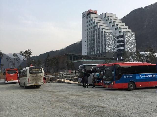 Der Busparkplatz mit dem Hotel im Hintergrund.