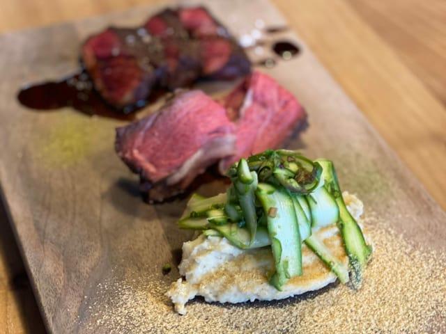 Fleisch und Gemüse auf Holzbrett