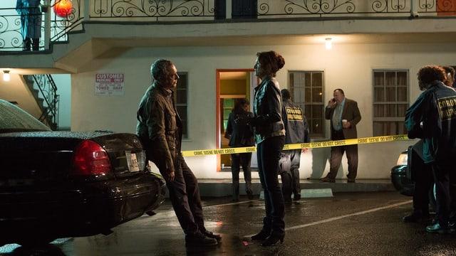 Titus Welliver als Harry Bosch und Amy Aquino als Grace Billets sehen einander an, Bosch an ein Auto gelehnt. Im Hintergrund ein schäbiges amerikanisches Motel, das mit Polizei-Absperrband als Tatort markiert ist.
