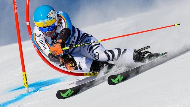 Felix Neureuther (D) en plain'acziun en l'emprim percurs dal slalom gigant.