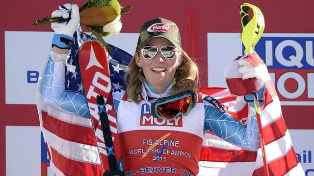 La skiunza americana Mikaela Shiffrin giubilescha.