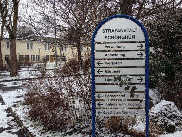 Eingangsschild im Schnee.