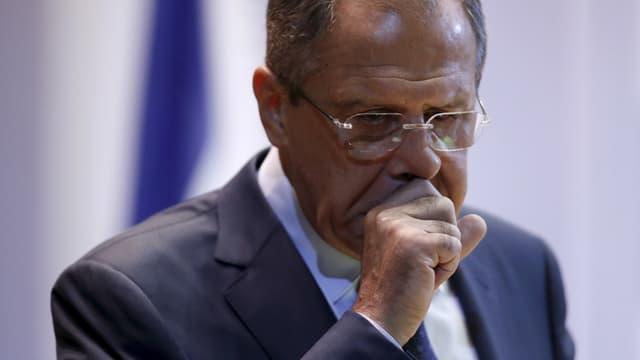 Der russische Aussenminister Sergej Lawrow hält sich hustend die Hand vor den Mund.