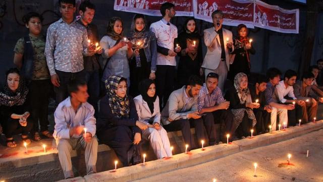 Trauernde Menschen nach einem Selbstmordanschlag in Kabul