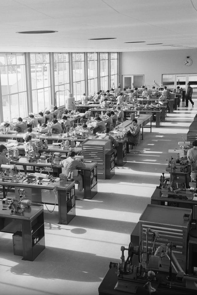Frauen im Montagesaal der Omega-Fabrik