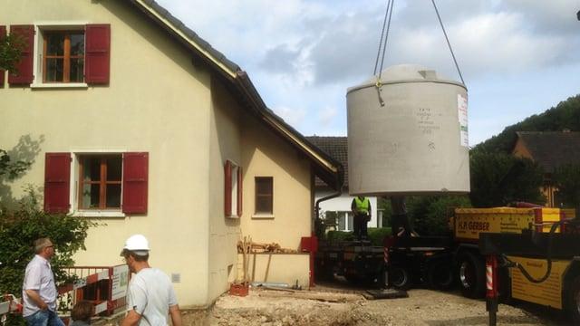 Die Eisspeicherheizung wird in Nunningen in den Boden beim Einfamilienhaus eingepasst