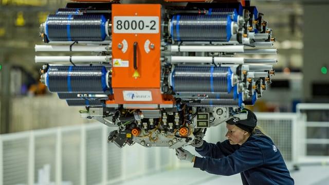 Airbus-Angestellte werkelt an Röhren