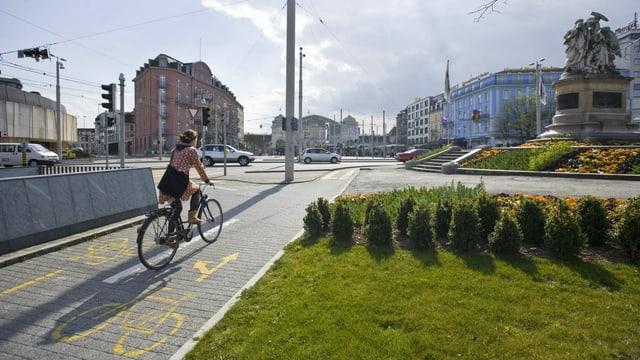 Velofahrerin unterwegs in der Stadt Basel.