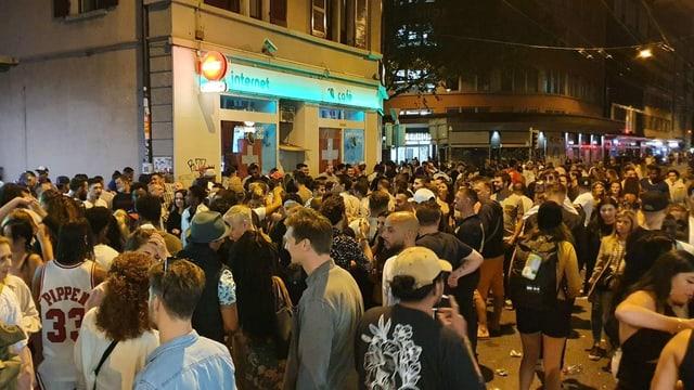 Viele Menschen auf der Zürcher Langstrasse