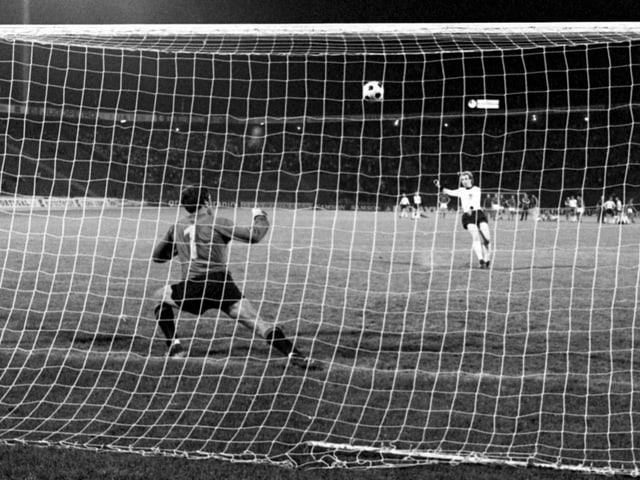Schwarz-Weiss-Bild von Uli Hoeness, wie er 1976 einen Elfmeter verschiesst.