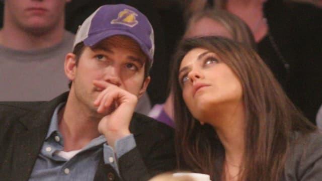 Schauspieler Ashton Kutcher und Mila Kunis schauen sich ein Baseball-Spiel an