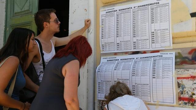 quatter persunas avant ina glista da votaziun en grezia