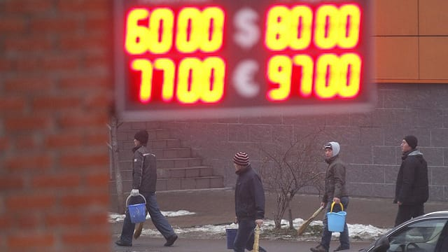 Il curs da stgomi dal rubel envers il dollar e l'euro resta sin livel bass.