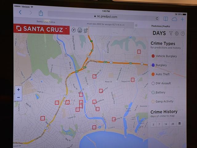 Das BIld zeigt das Programm Predpol, also eine Karte der Stadt Santa Cruz mit mehreren roten Quadraten, die anzeigen, wo Straftaten zu erwarten sind.
