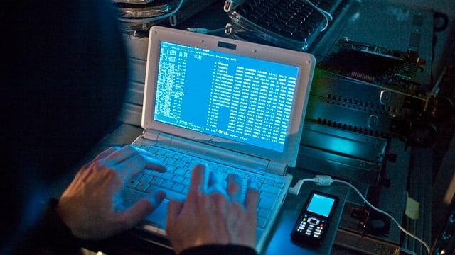Ein Hacker am Computer