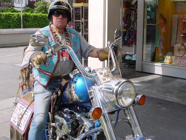 Angy Burri auf seiner geschmückten Harley.