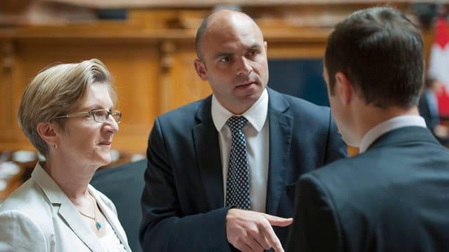 Von links: Gabi Huber (FDP/UR), Laurent Favre (FDP/NE) und Christian Wasserfallen (FDP/BE) diskutieren miteinander.