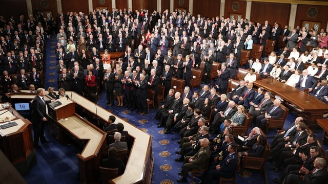 Trump steht vor dem versammelten Kongress am Rednerpult.