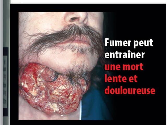 Ein Mann, dermit einem offenen Hals abgebildet wurde. Das Bild stammt von einer Zigarettenschachtel.