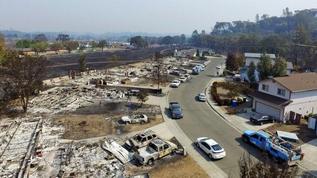 Auf einer Strassenseite alle Häuser abgebrannt, auf der anderen stehen alle Häuser noch
