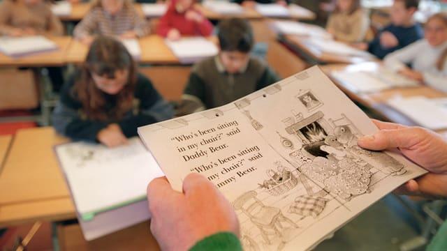En l'ordinaziun da linguas chantunala vegn definì ch'il chantun sustegna barats linguistics cun 90 francs il di per scolar.