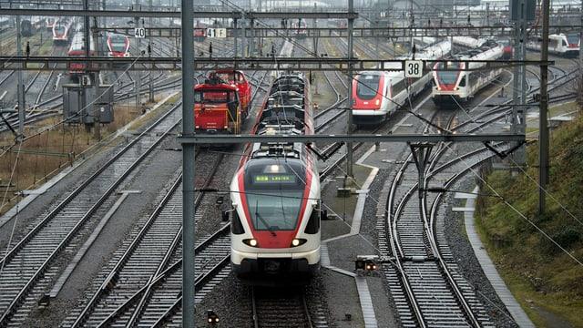 Zug fährt in Bahnhof Basel ein