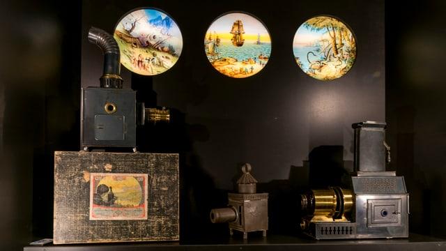 Zwei dia-ähnliche Projektoren, im Hintergrund runde Bilder