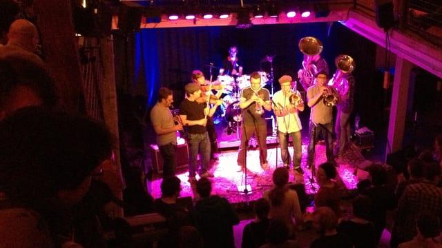Eine Band spielt in einem Solothurner Kulturlokal.