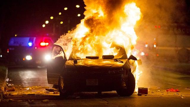 In auto che arda en la notg.