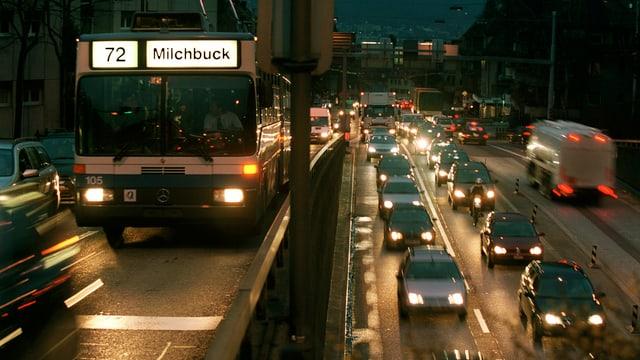 Autos ed in bus da persunas sin ina via fullanada.