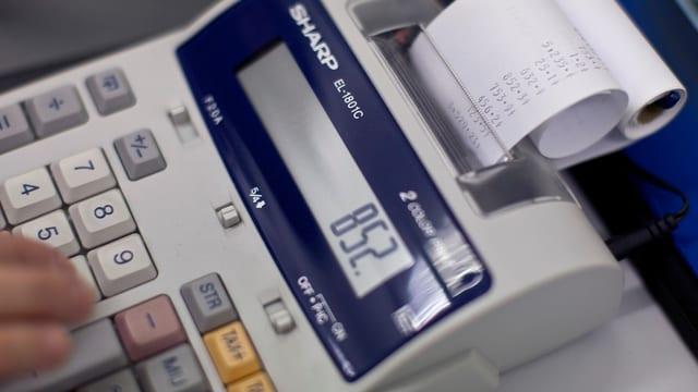 Ein Taschenrechner, mit welchem ausgerechnet wird, wer wieviel bezahlt.