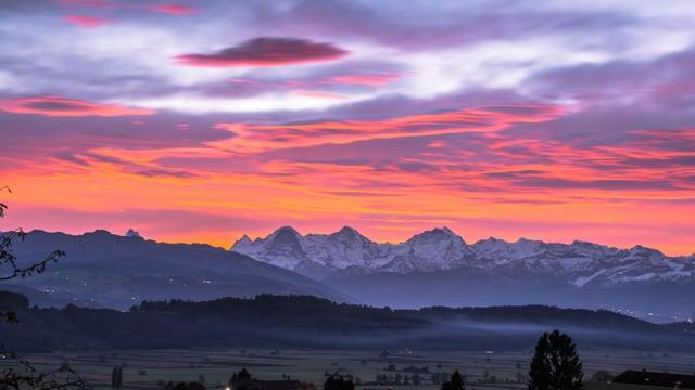 Altocumulus Lenticularis Wolken über den Berner Alpen