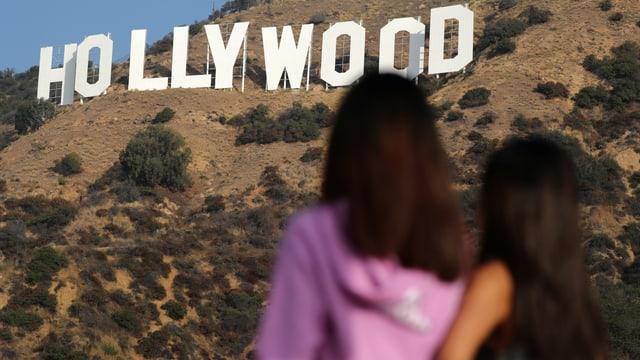 Zwei Frauen sehen sich den Hollywood-Schriftzug an