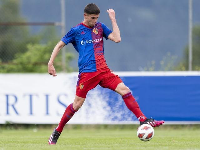 Albian Hajdari passt den Ball