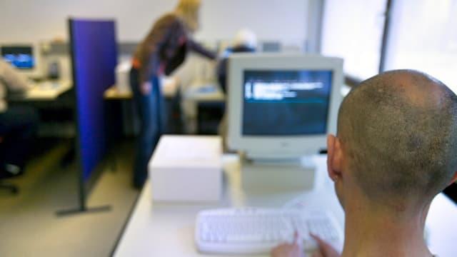 Mann vor einem Computerbildschirm