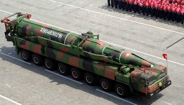 Mobile Raketenstartrampe mit Rakete.
