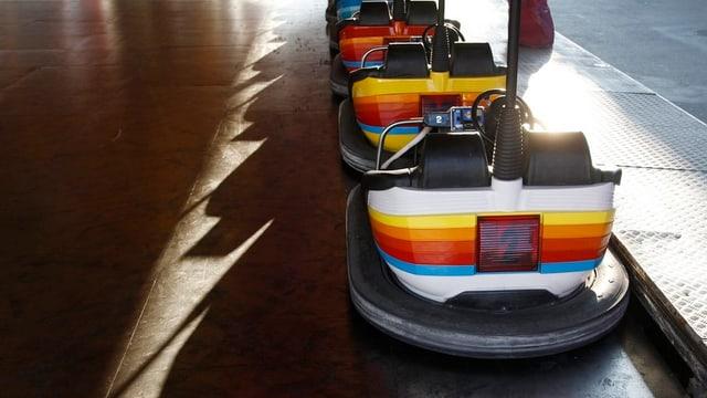 Leere Wagen einer Autoscooter-Bahn an einem Jahrmarkt.