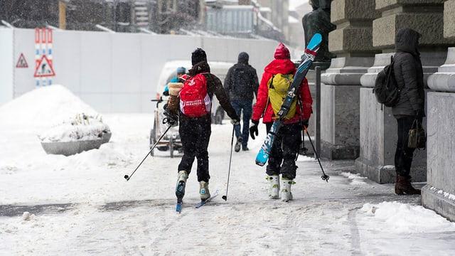 Menschen mit Ski- und Langlaufausrüstung in der Stadt Bern