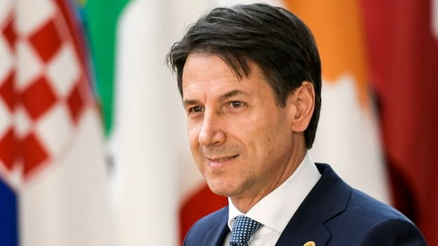 Italiens Ministerpräsident Giuseppe Conte vor EU-Flaggen