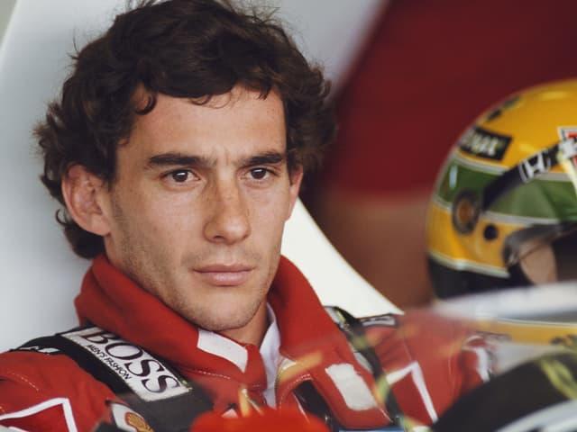 Senna sitzt im Cockpit.