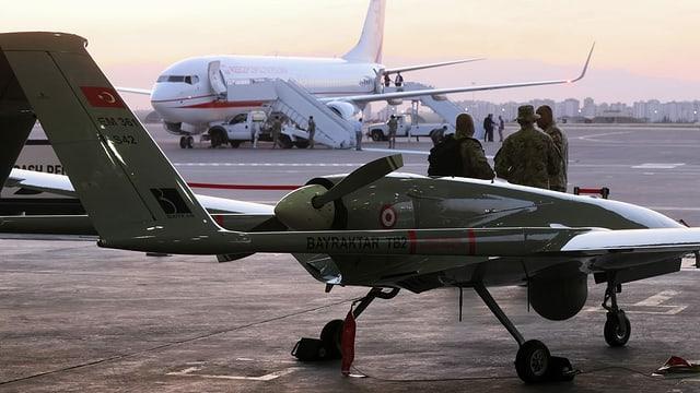 Drohne und Militaristen auf Flughafen