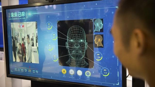 Bildschirm mit Gesichtserkennungs-Software.