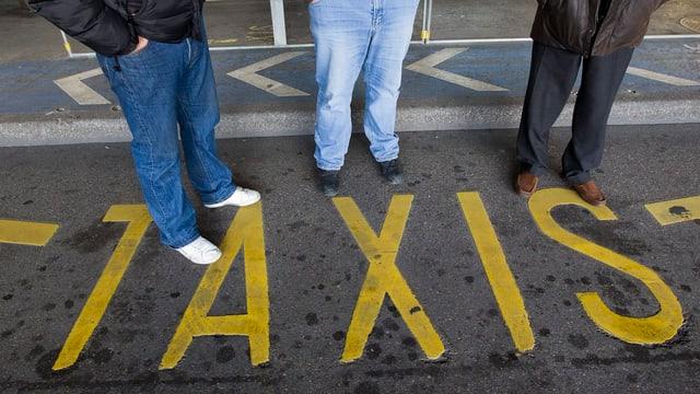 Taxistand mit Beschriftung «Taxi» am Boden.