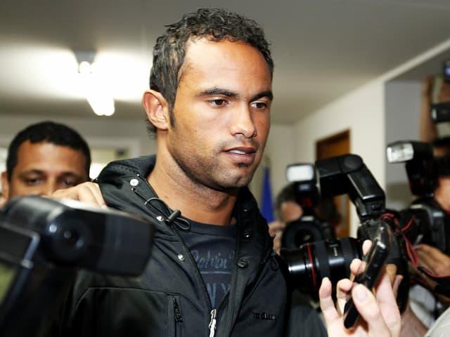 Bruno Fernandes 2007, als er sich der Polizei in Rio de Janeiro stellte.
