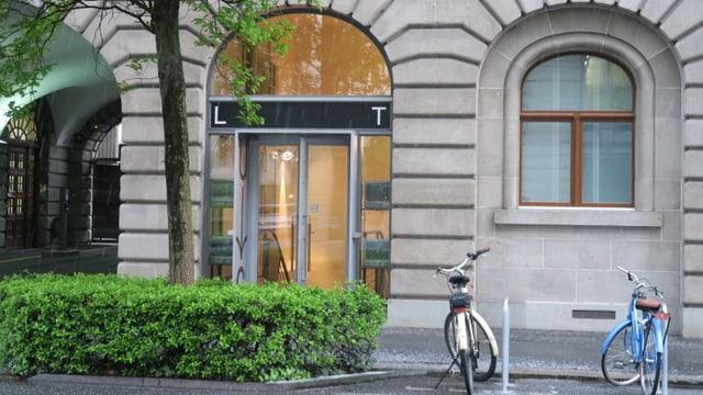 UG des Luzerner Theaters von aussen .- zwei Velos stehen auch da.
